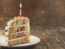 El pedazo de vainilla asperja la torta fotografía de archivo