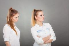 El pedir de la mujer se disculpa a su amigo ofendido después de pelea Imagen de archivo libre de regalías