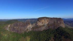 El ` Pedra de la visión aérea hace el ` de Bau y el ` Pedra hace el complejo del ` de Bau es formaciones de roca en las montañas  almacen de video