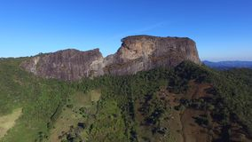 El ` Pedra de la visión aérea hace el ` de Bau y el ` Pedra hace el complejo del ` de Bau es formaciones de roca en las montañas  almacen de metraje de vídeo