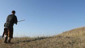 El pegarse de Viking del guerrero espadas en la tierra almacen de video