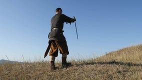 El pegarse de Viking del guerrero espadas en la tierra almacen de metraje de vídeo