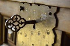 El pegarse dominante fuera de un candado forjado viejo imagenes de archivo