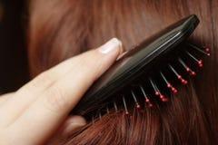 El peinarse del pelo Foto de archivo libre de regalías