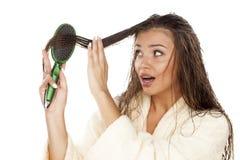 El peinarse mojado del pelo Imagen de archivo