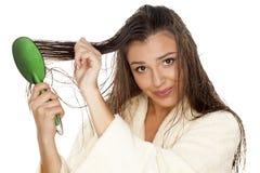 El peinarse mojado del pelo Fotografía de archivo libre de regalías