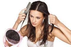 El peinarse mojado del pelo Fotografía de archivo