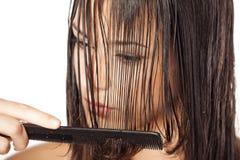 El peinarse mojado del pelo Imagen de archivo libre de regalías