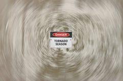 El peligro, estación del tornado peligro señal adentro el ojo de una tormenta imagen de archivo