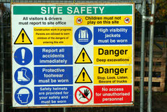 El peligro firma cerca de emplazamiento del edificio y de la obra. Fotos de archivo libres de regalías