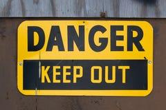 El peligro guarda hacia fuera la muestra foto de archivo