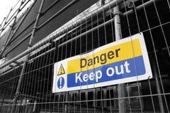 El peligro guarda hacia fuera la muestra Fotos de archivo libres de regalías