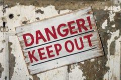 El peligro guarda hacia fuera la muestra Foto de archivo libre de regalías
