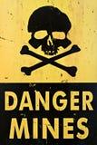 El peligro mina el primer de la señal de peligro Imagenes de archivo