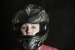 El peligro y la adrenalina son mi nombre - retrato de una mujer en un casco de la motocicleta foto de archivo