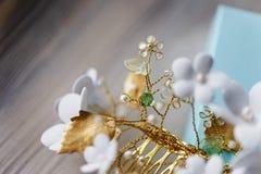 El pelo adorna hecho a mano Para la novia, la imagen fácil y apacible festiva Fotografía de archivo