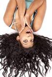 El pelo al revés de la mujer hacia fuera sorprende Imagen de archivo