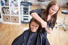 El pelo de Cutting Client del peluquero Imagen de archivo libre de regalías