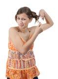 El pelo del corte del adolescente con scissor sobre blanco Fotos de archivo libres de regalías