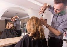 El pelo del corte del espejo del salón del peluquero scissors el peine Fotos de archivo