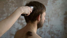 El pelo del hombre del corte en grunge metrajes