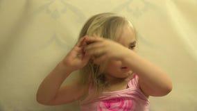 El pelo del niño del niño de la muchacha se viste con un peine y un cepillo del pelo 4K UltraHD, UHD almacen de metraje de vídeo