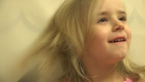El pelo del niño del niño de la muchacha se viste con un peine y un cepillo del pelo 4K UltraHD, UHD metrajes