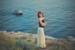 El pelo fresco atractivo del fuego rojo de la mujer de la muchacha de la señora del calendario acogedor romántico del episodio qu Foto de archivo libre de regalías