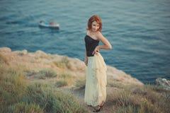 El pelo fresco atractivo del fuego rojo de la mujer de la muchacha de la señora del calendario acogedor romántico del episodio qu Foto de archivo