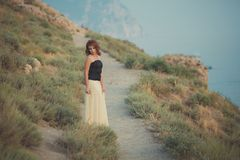 El pelo fresco atractivo del fuego rojo de la mujer de la muchacha de la señora del calendario acogedor romántico del episodio qu Imagen de archivo