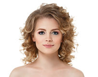 El pelo largo del retrato de la mujer del pelo rizado con perfecto compone los labios rojos en blanco imagen de archivo