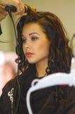 El pelo moreno joven internacional de los peinados de la mujer de la perfumería de Intercharm XXI y de la exposición de los cosmé Imagen de archivo libre de regalías