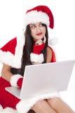 El pelo oscuro de señora Santa piensa sonrisa imagen de archivo