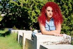 El pelo rizado rojo de mentira diseñó adolescente Fotografía de archivo
