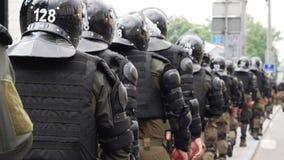 El pelotón de la policía crea el pasillo vivo para el desfile de orgullo de LGBT en Kiev almacen de video