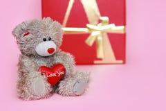 El peluche gris decorativo refiere un fondo rosado para el día de tarjeta del día de San Valentín del día de fiesta fotografía de archivo