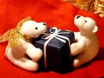 El peluche hace un presente a querido Fotos de archivo libres de regalías