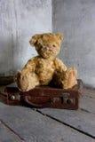 El peluche refiere la maleta Foto de archivo libre de regalías
