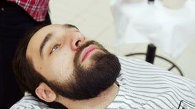 El peluquero consigue el aceite en barba metrajes