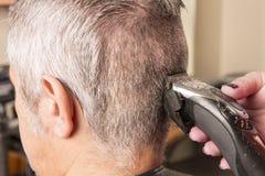 El peluquero corta el pelo imagen de archivo libre de regalías