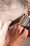 El peluquero corta el pelo Fotos de archivo libres de regalías