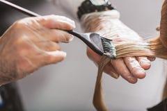 El peluquero es pelo femenino de muerte Foto de archivo libre de regalías