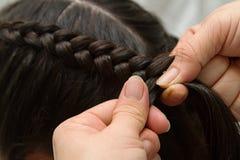 El peluquero hace trenzas Imagen de archivo libre de regalías