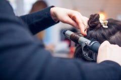 El peluquero hace un pelo Imagen de archivo