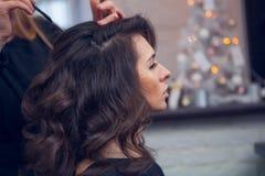 El peluquero hace un pelo Foto de archivo libre de regalías