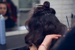 El peluquero hace un pelo Fotos de archivo