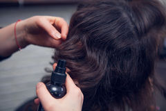 El peluquero hace un pelo Imagen de archivo libre de regalías