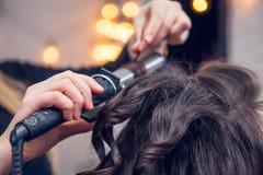 El peluquero hace un pelo Fotografía de archivo