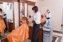 El peluquero hace un tocado Imágenes de archivo libres de regalías
