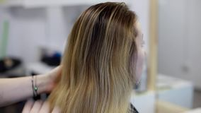 El peluquero peina a mujeres jovenes del pelo almacen de metraje de vídeo